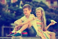 2 дет сидя совместно внешнее Стоковое Изображение