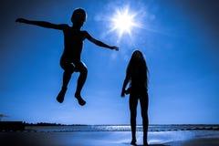 2 дет скача на батут Стоковые Изображения RF