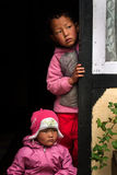 2 дет смотря прищурясь Стоковое Изображение