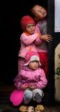 3 дет смотря прищурясь Стоковое Фото