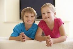 2 дет смотря широкоэкранное ТВ дома Стоковые Фотографии RF