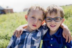 2 дет совместно в поле Стоковое Изображение