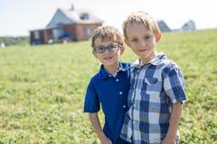 2 дет совместно в поле Стоковая Фотография