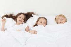 3 дет спать в кровати Стоковые Изображения RF