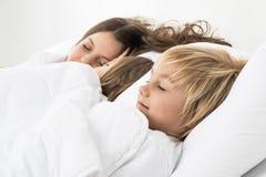 3 дет спать в кровати Стоковая Фотография