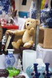 100 лет старого унылого плюшевого медвежонка на блошинном Стоковое фото RF