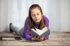 10 лет старой девушки с книги Стоковое фото RF