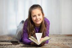 10 лет старой девушки с книги Стоковые Изображения RF