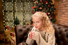 13 лет старой предназначенной для подростков девушки в теплом свитере Стоковое Изображение