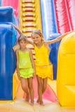 2 дет стоят на входе большого раздувного батута Стоковая Фотография