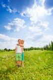 2 дет стоят совместно на луге Стоковые Изображения RF