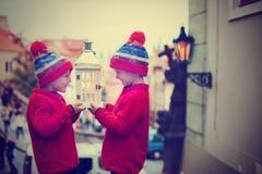 2 дет, стоящ на лестницы, держа фонарик, взгляд Pragu Стоковые Изображения RF