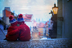 2 дет, стоящ на лестницы, держа фонарик, взгляд Pragu Стоковое фото RF