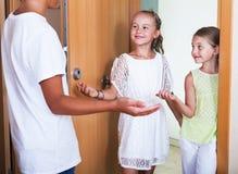 3 дет стоя на входе дома Стоковые Изображения RF