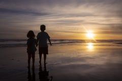 2 дет стоя на побережье Стоковые Фотографии RF