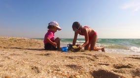 2 дет строя замок песка на пляже сток-видео