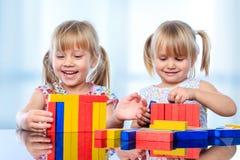 2 дет строя с деревянными блоками на таблице Стоковое Фото