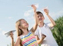 2 дет с бумажными самолетами outdoors Стоковая Фотография RF