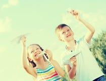 2 дет с бумажными самолетами outdoors Стоковые Фотографии RF