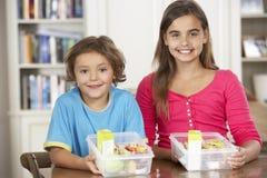 2 дет с здоровыми коробками для завтрака в кухне Стоковое фото RF