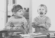 2 дет с карандашами Стоковая Фотография RF