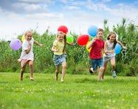 4 дет с красочными воздушными шарами Стоковое фото RF