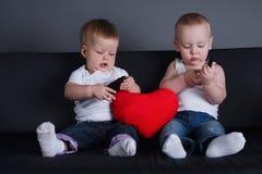 2 дет с мобильными телефонами на дате Стоковая Фотография RF