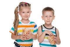 2 дет с попкорном Стоковые Изображения