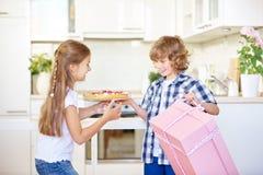 2 дет с подарком и тортом как сюрприз Стоковое Изображение RF