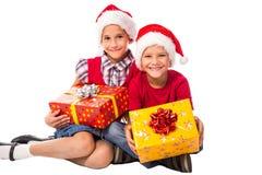 2 дет с подарочной коробкой рождества Стоковое фото RF