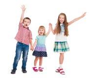 3 дет с руками вверх стоковые фото