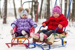2 дет с скелетоном в парке Стоковые Фото