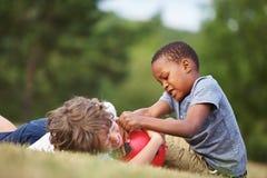 2 дет с футбольным мячом Стоковое Фото