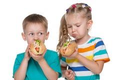 2 дет с хот-догами Стоковые Изображения