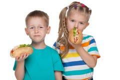 2 дет с хот-догами Стоковые Фотографии RF