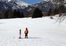 2 дет с шлемом и snowshoes в горы Стоковое Изображение RF