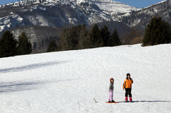 2 дет с шлемом и snowshoes на снеге Стоковая Фотография RF