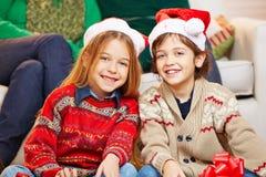 2 дет с шляпами рождества Стоковые Фото