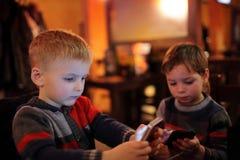2 дет с smartphones Стоковые Изображения RF