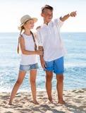 2 дет указывая пляж Стоковые Фотографии RF