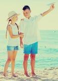 2 дет указывая пляж Стоковое Изображение