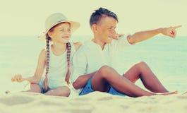 2 дет указывая пляж Стоковая Фотография
