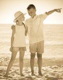 2 дет указывая пляж Стоковые Фото
