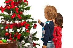 2 дет украшают рождественскую елку Стоковое Изображение