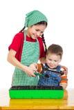 2 дет уча засаживающ саженец Стоковые Фото