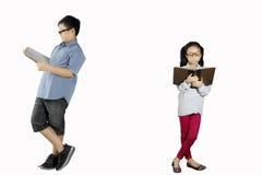 2 дет уча с книгой Стоковое Фото