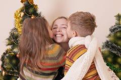 2 дет целуя их мать Стоковые Изображения