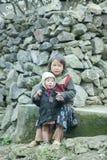 2 дет этнического меньшинства на деревне кулачка легкего Стоковое Изображение RF