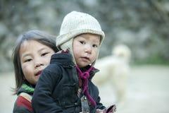 2 дет этнического меньшинства на деревне кулачка легкего Стоковые Изображения