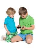 2 дет plaing с smartphone Стоковая Фотография